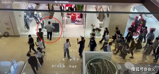 51岁的张嘉译工作照片曝光 驼背明显 年轻女演员给她喝奶茶